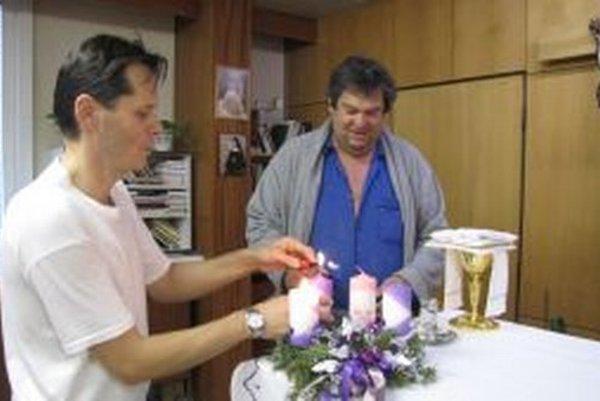 Nemocničný duchovný Juraj Adamkovič(vľavo) s miništrantom a pacientom Petrom v advente