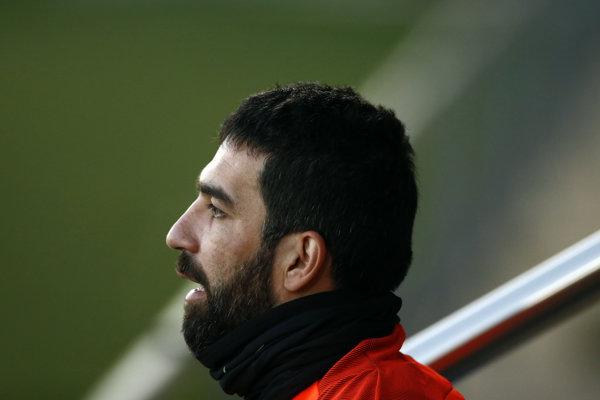 Turecký futbalista Arda Turan odchádza na hosťovanie z FC Barcelona.