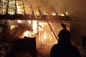 Oheň humno celkom zničil, maštaľ vňom nezhorela. Hasičom sa podarilo ochrániť aj susedné domy.