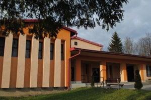 Dom smútku na cintoríne vMedzilaborciach. Vtomto roku vymenia okná vsmútočnej sále za vitrážové.
