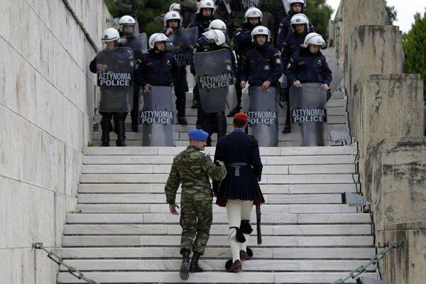 Polícia zasiahla po tom, ako sa z masy pokojných demonštrantov odčlenila skupina radikálov.