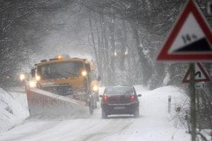 Cestári so snežným pluhom na horskom priechode Machnáč.