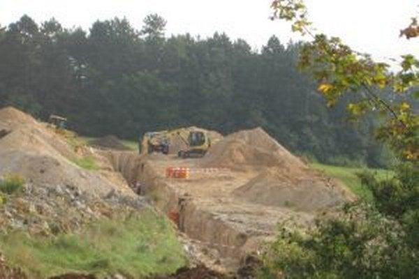 Začiatkom októbra sa začalo stavať aj bez potrebných povolení.