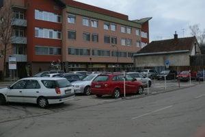Parkoviská v Univerzitnej nemocnici v Martine. Voľné miesto sa ťažko hľadalo aj poobede.