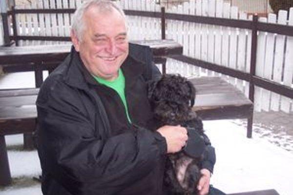 Jozef Kán a jeho pes.Volá sa Cukrík.
