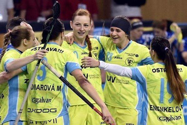 Denisa Ferenčíková (v strede) doviedla ako kapitánka Vítkovice ku druhému triumfu v pohári.