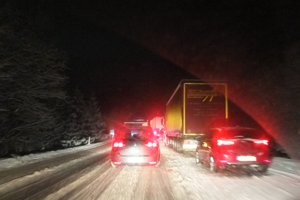 Cesta v smere zo Žiaru na Kremnicu. Kamióny čakali pre uzavreté Kremnické Bane vo štvrtok večer v kolóne.