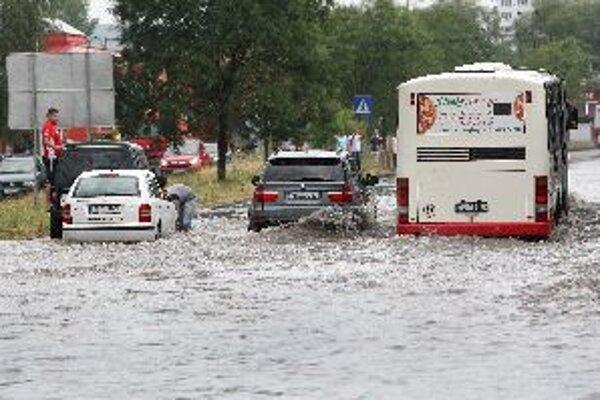 Prudký popoludňajší lejak zaplavil ulice Banskej Bystrice