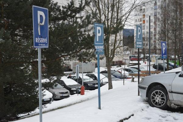 S parkovacími miestami postupne mesto robí poriadok.