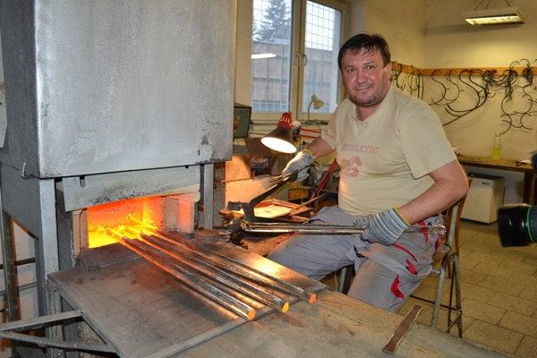 Lisár Jaroslav Hrišo (48). V sklárňach pracuje už 15 rokov, neprekáža mu ani horúčava, ani námaha.