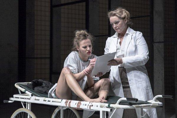 Emma (Barbora Andrešičová) a lekárka v liečebni (Eva Pavlíková).
