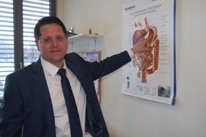 Medicínsky riaditeľ Marián Bakoš ukazuje, kadiaľ sa zavádza endoskop.