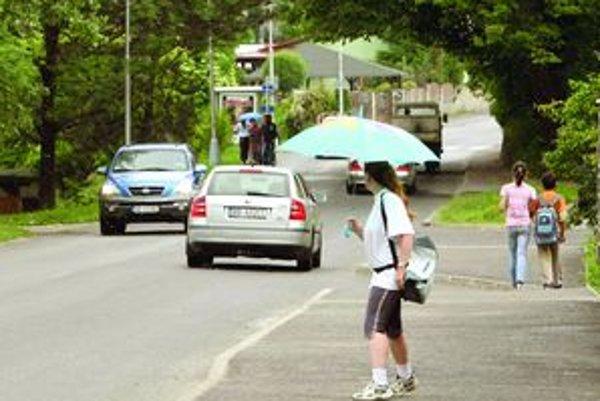 Obyvateľov Mičinskej cesty komplikuje život frekventovaná doprava s množstvom ťažkých mechanizmov.