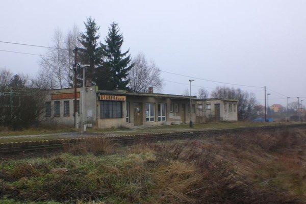 Zastávku v Staškove – Nižnom konci sa rozhodli ŽSR zbúrať. Zgrupovali sa tam vandali a bezdomovci.