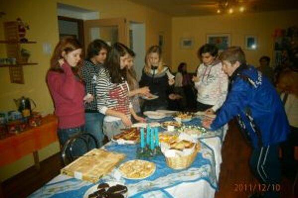 Deti z domova sa sladkým dobrotám potešili