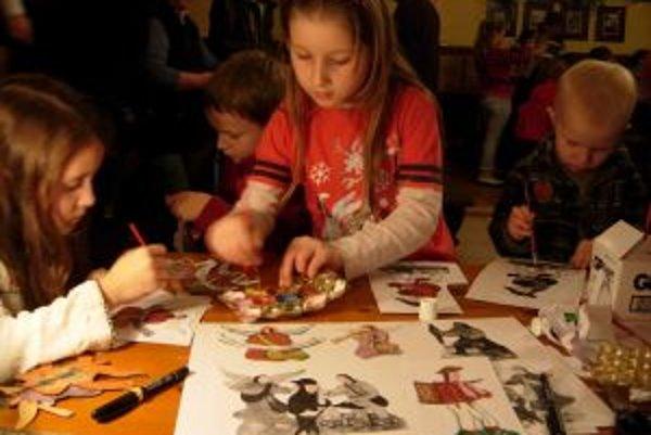 Na tvorivých dielňach sa priúčajú tradícii papierových betlehemov aj deti