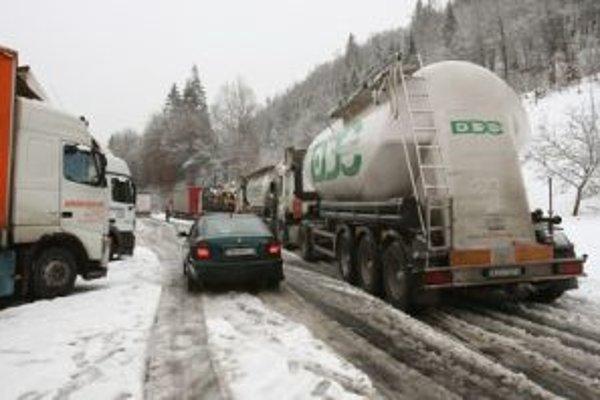 Sneženie opäť komplikovalo dopravu
