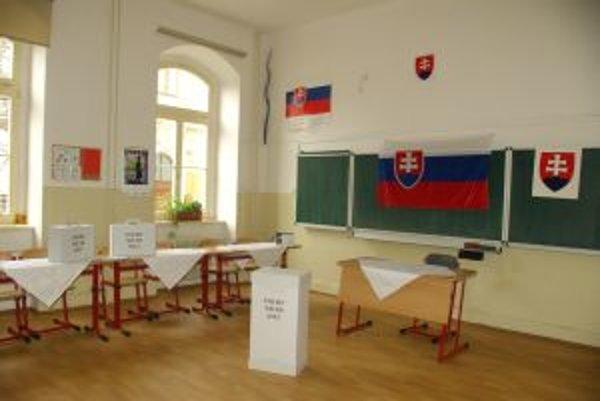 Volebné miestnosti sú pripravené už pred príchodom prvých voličov