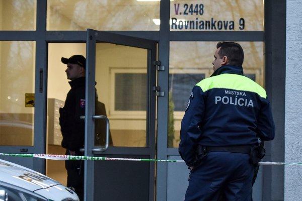 Príslušníci Policajného zboru SR zaisťujú vchod do obytného domu, v ktorom došlo k dvojnásobnej vražde na Rovniankovej ulici.