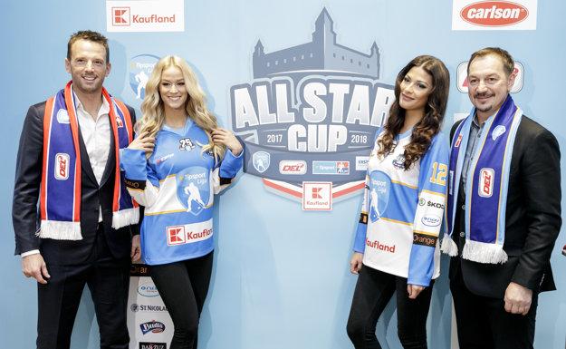 Na snímke zľava generálny riaditeľ Tipsport Ligy Richard Lintner, Miss Slovensko 2015 Lujza Straková, prvá Vicemiss 2016 Michaela Meňkyová a generálny manažér All Star tímu Tipsport Ligy Peter Bondra.