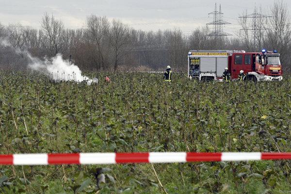Hasiči po príchode na miesto nehody neďaleko nemeckého Philippsburgu, kde sa zrazili lietadlo a vrtuľník.