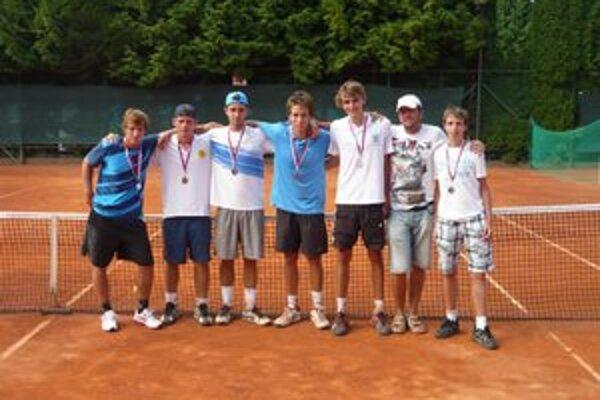 Bronzoví dorastenci na majstrovstvách SR v tenise 2012. Zľava T. Pavlovský, I. Štarke, O. Nagy, A. Kulich, J. Novák, kapitán M. Novák a J. Kulich.