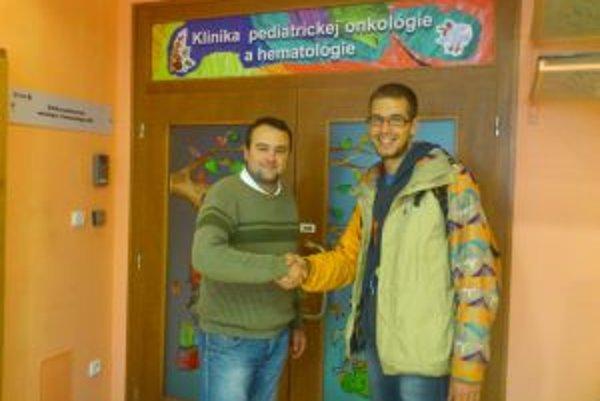 Matej (vpravo) odovzdal výťažok z turnaja Ľubošovi Moravčíkovi zo Svetielka nádeje