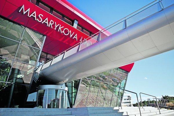 Uchádzači, ktorí si posielajú prihlášky na fakulty Masarykovej univerzity v Brne, za ne zaplatia výrazne menej ako na slovenské vysoké školy.