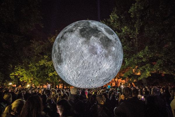 Inštalácia veľkého mesiaca V Medickej záhrade bola súčasťou Bielej noci.