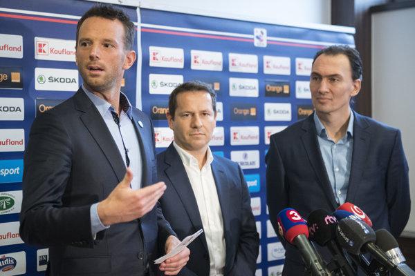 Šéf domácej súťaže Richard Lintner (vľavo), prezident SZĽH Martin Kohút (uprostred) a generálny manažér reprezentácie Miroslav Šatan.
