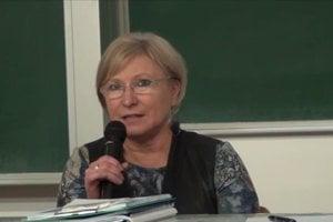 Eva Gelányiová je špeciálnou pedagogičkou, ktorá teraz vedie Súkromné centrum špeciálno-pedagogického poradenstva v Leviciach. Za svoju prácu bola nominovaná na Slovenku roka 2014.
