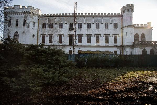 Kaštieľ v Rusovciach už niekoľko rokov chátra.