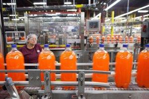 Pracovníčka závodu Dr Pepper Snapple kontroluje výrobu limonády Sunkist.