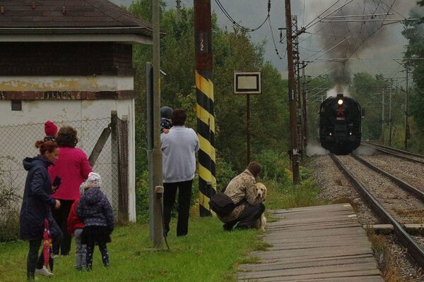 Na železničnej trati v Púchovskej doline pískala v jeden víkend opäť parná lokomotíva.