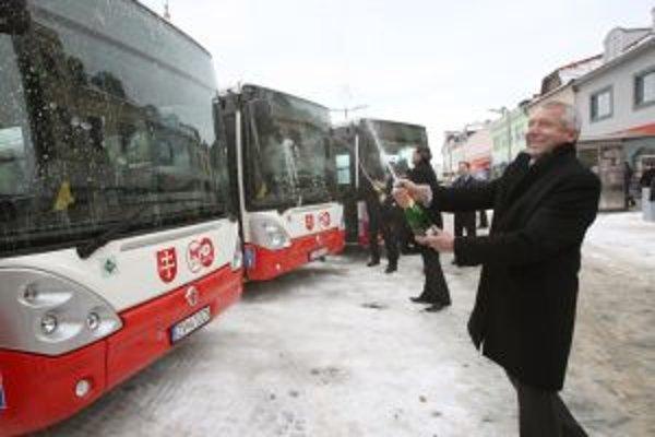 Autobusy pokrstili zástupcovia SAD Zvolen a zvolenskej samosprávy v piatok na centrálnom zvolenskom námestí.