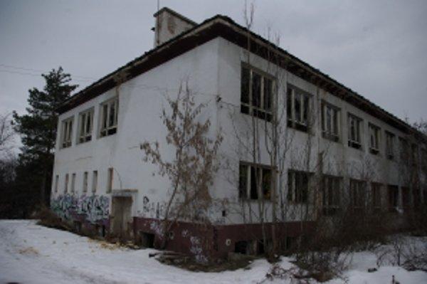 Budova školy pomaly chátra.
