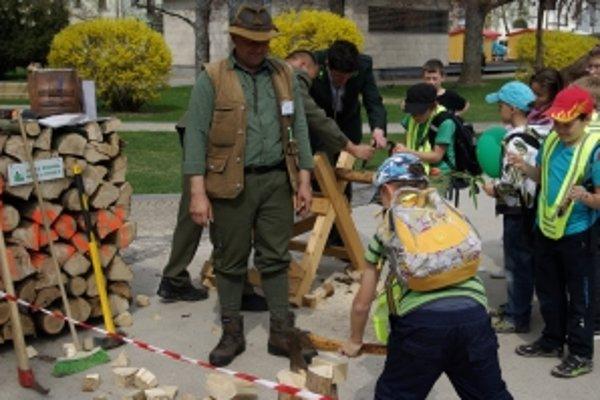 Deti si mohli vyskúšať rúbanie dreva.