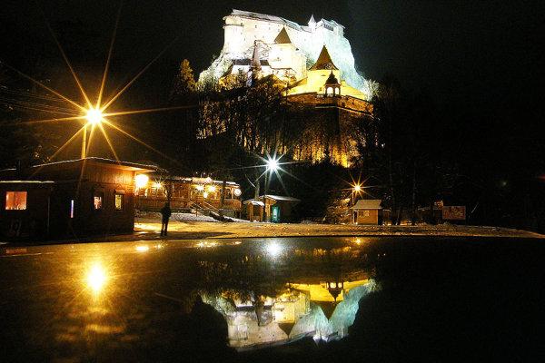 Oravský hrad neprehliadnete ani v noci.