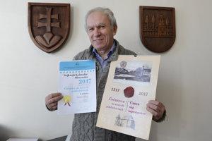 Na snímke starosta obce Čečejovce Július Pelegrin s oceneným kalendárom vydaným pri príležitosti 700. výročia prvej písomnej zmienky o obci.