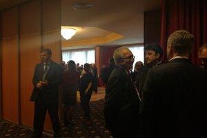 Podporovatelia Miloša Zemana trávia volebný deň v oddelenej miestnosti štábu. Hostia sa zatiaľ venujú najmä obedu.
