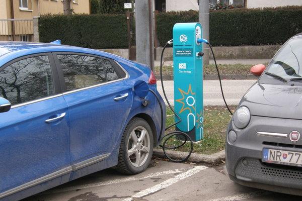 V piatok dopoludnia sa na Wilsonovom nábreží dobíjali dva elektromobily.