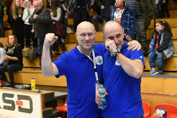 Tréner Ján Kolesár neudržal slzy šťastia, teší sa s ním Peter Szalay, viceprezident klubu.