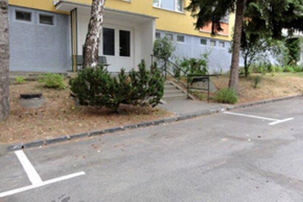 Parkovacie miesta zakreslila firma aj pred vchodmi do bytovky.