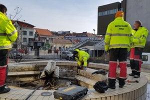 Časť fontány vo štvrtok demontovali pracovníci mesta.