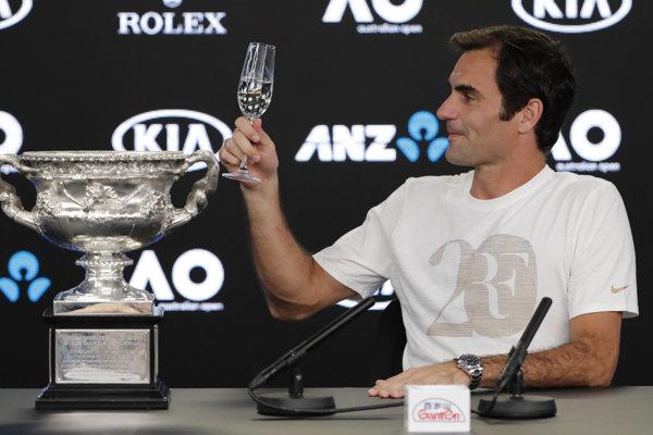 Roger Federer s trofejou pre víťaza Australian Open 2018.