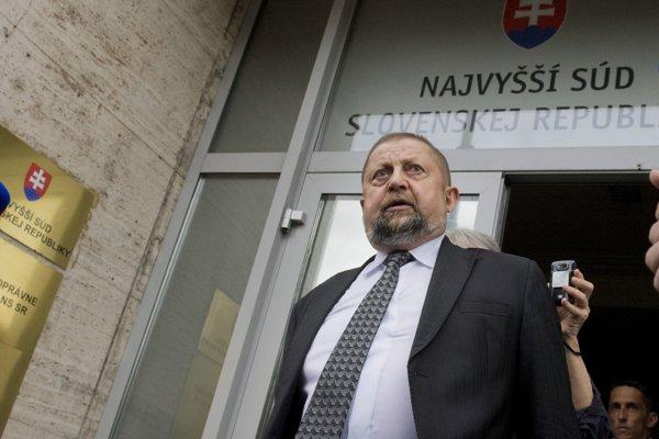 Štefan Harabin pochádza z východu. Narodil sa v Ľubici, gymnázium navštevoval v Kežmarku, právo vyštudoval  v Košiciach, kde aj začínal s kariérou sudcu, a neskôr pokračoval i v Poprade.