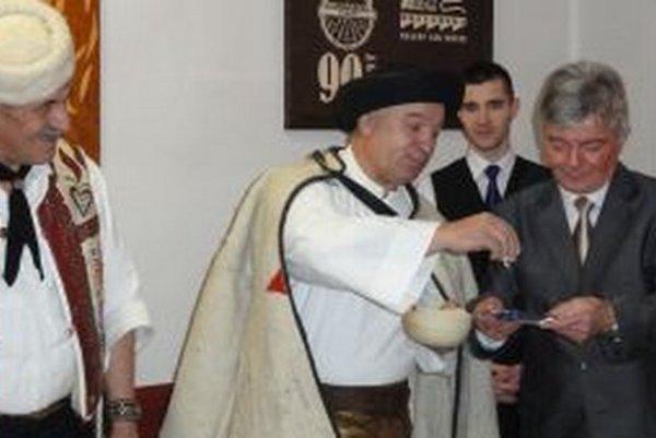 Riaditeľ školy Jozef Hazlinger (vpravo) a Michal Filo pri krste DVD.