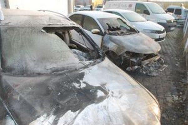 Zničené autá.