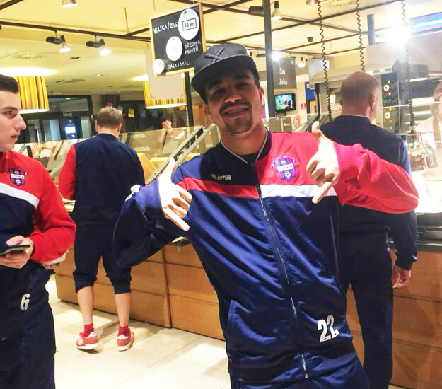 Brazílčan Mateus v hotelovej reštaurácii.