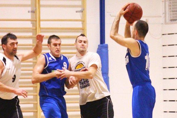 Exit Nitra vyhral v Ivanke pri Dunaji. V modrých dresoch Fedor Štarke (s loptou) a Milan Hindický.